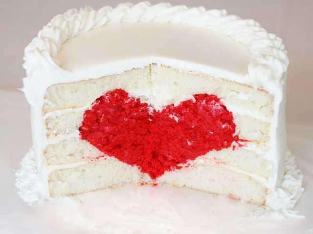 торт с сердцем из фруктов  внутри